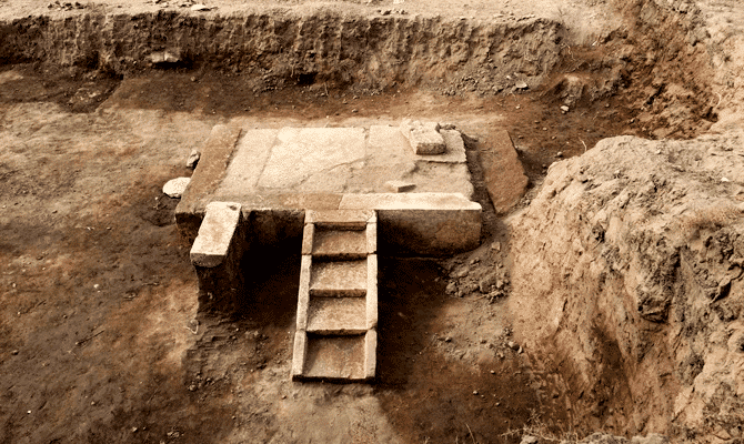 Egyptian archaeologists find parts of pharaoh's booth 7